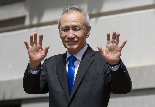 中國副總理劉鶴10日在談判結束後,走出美國貿易代表署。(歐新社)