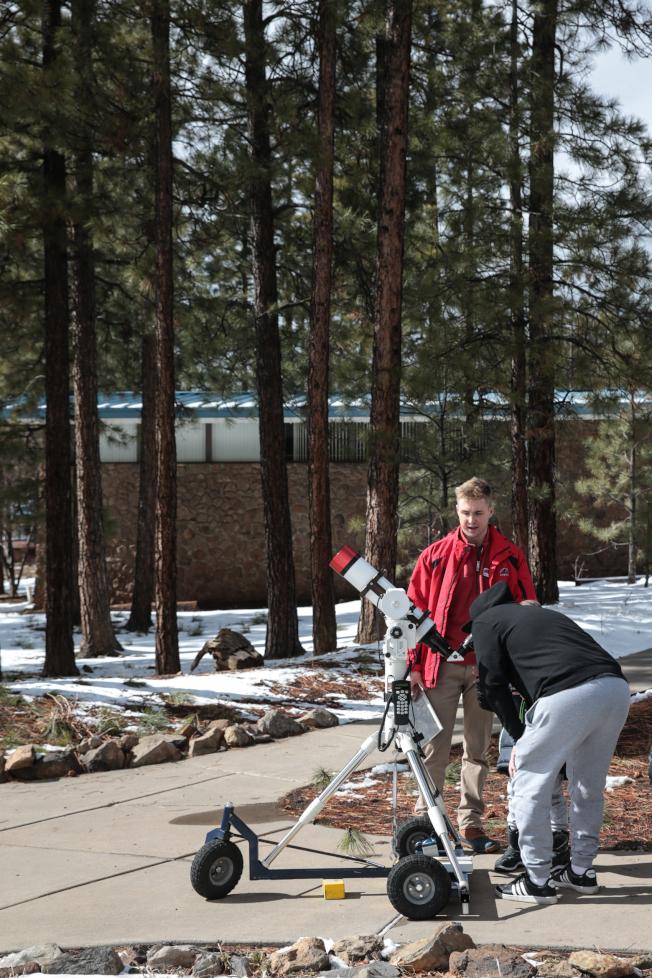 戶外擺放望遠鏡讓參觀者使用,並有職員講解。