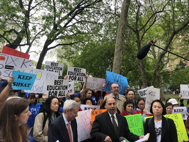 華人家長以及各區民選官員在公聽開始前齊集會,反對市長特殊高中改革計畫。(記者張晨/攝影)