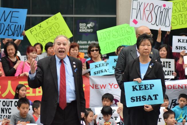 華裔民眾在公聽會前發起集會,獲得不少民選官員的支持。(記者顏潔恩/攝影)