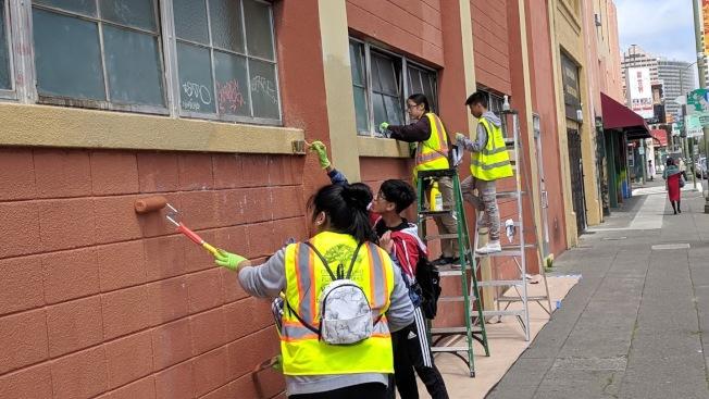 華埠社區組織的義工每月都有固定時間清潔華埠,比如清理塗鴉。(藍維新供圖)