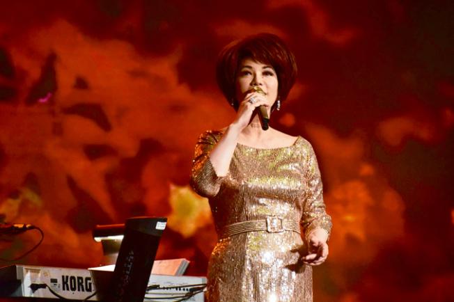 蔡琴以一身金光閃閃的長連衣裙亮相,演唱多首柔情歌曲。(記者黃少華/攝影)