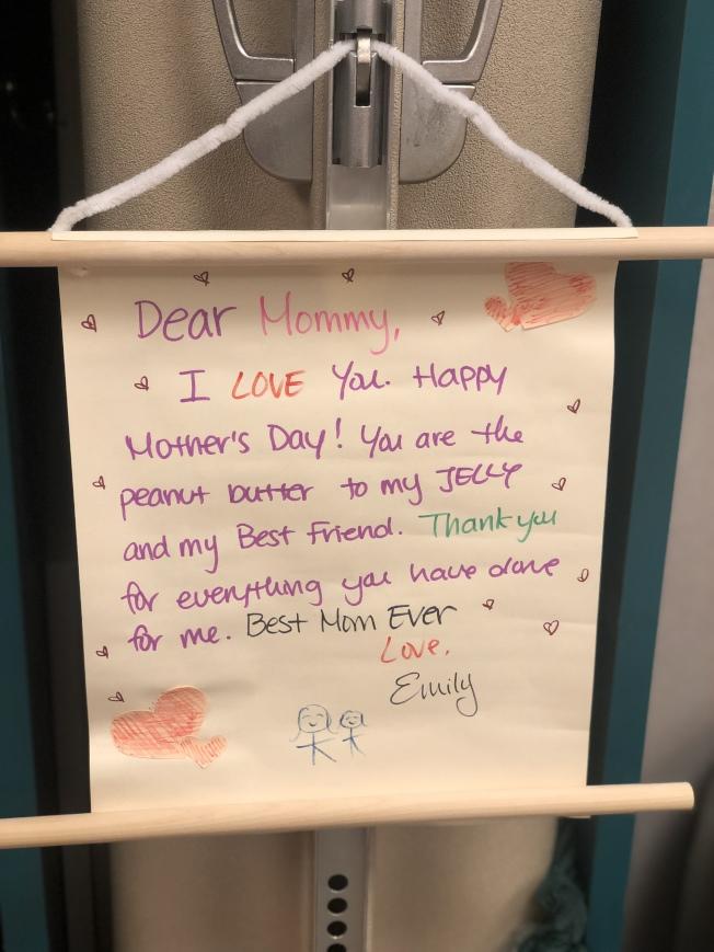 共同製作的賀卡由孩子寫上對媽媽的祝福。(記者張晨/攝影)