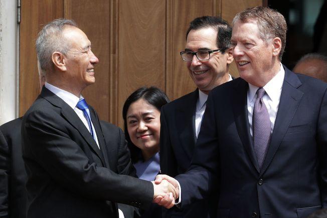 美中貿易談判未談出結果,中國談判代表劉鶴(左)10日與美國貿易代表賴海哲(右)和財政部長米努勤(中)握手道別。(Getty Images)