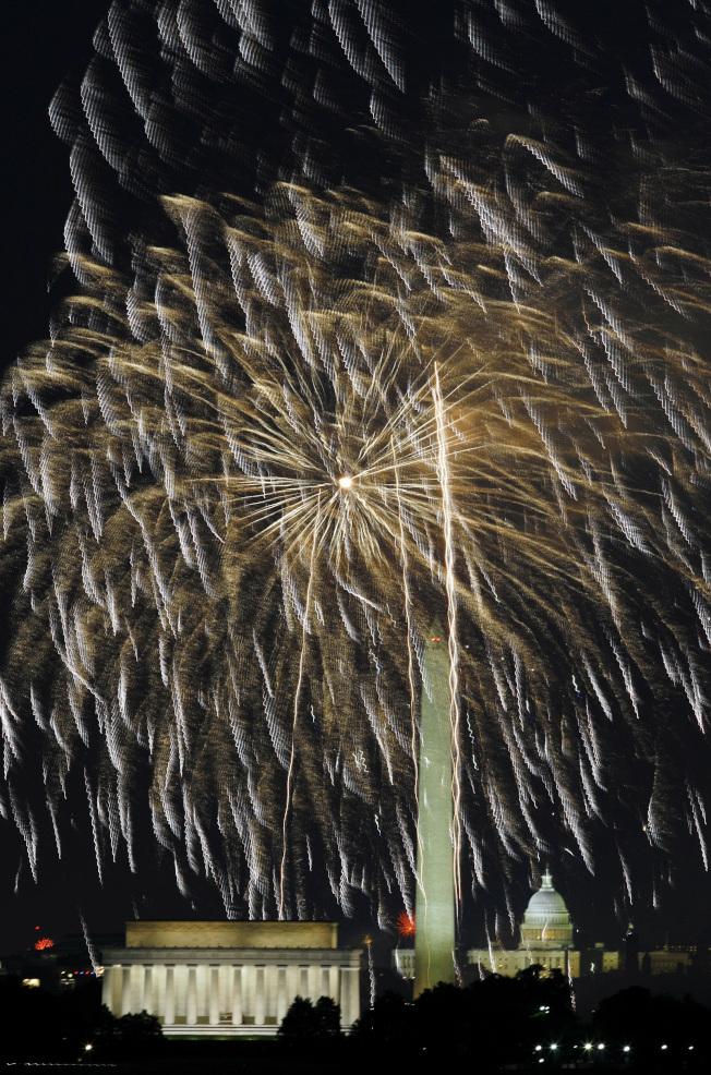 川普總統接管今年美國國慶日的慶祝活動,宣稱要盛大慶祝。圖為華府籠罩在國慶日煙火中。(美聯社)