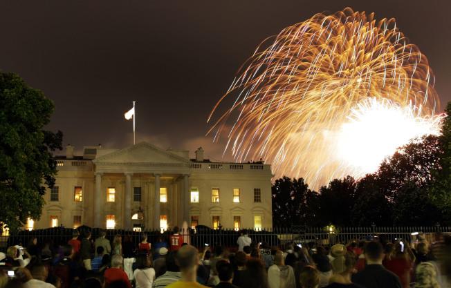 川普總統接管今年美國國慶日的慶祝活動,宣稱要盛大慶祝。圖為白宮籠罩在國慶日煙火中。(美聯社)