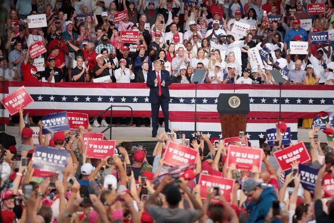 川普總統仍然高舉「讓美國再度偉大」政策,在佛州造勢。(Getty Images)