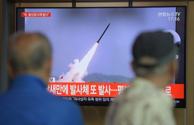 北韓9日發射兩枚短程飛彈,圖為南韓首爾火車站的電視播出新聞快報。 (Getty Images)