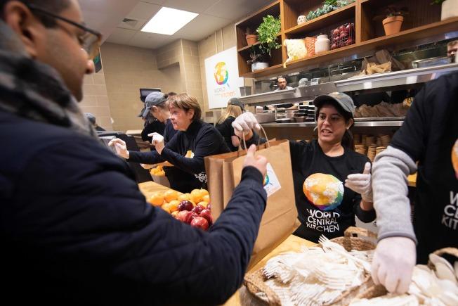 調查顯示,三分之一中產階級手頭沒有存款,圖為今年初聯邦政府關閉,許多聯邦雇員到救濟站排隊領取免費食物。(Getty Images)