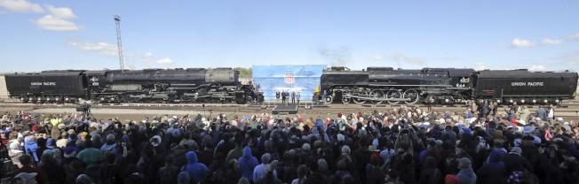 鐵路華工150周年紀念,在慶祝活動前一天,兩列火車先演練了會師場面。(美聯社)
