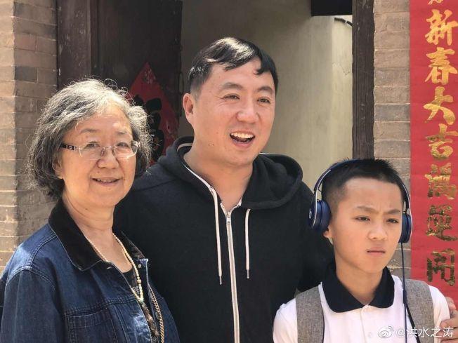 薄熙來前妻李丹宇(右)及兒子李望知(中),近日現身山西。(取材自微博)