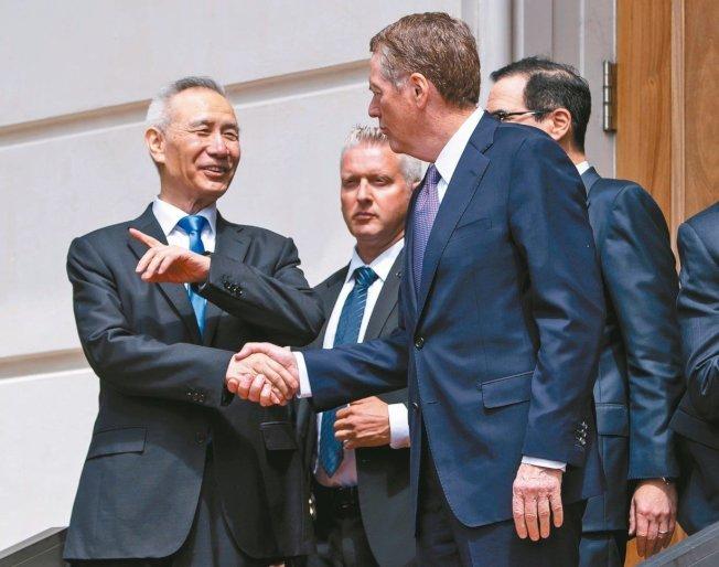 中國國務院副總理劉鶴(左)與美國貿易代表賴海哲(右)10日談判後在華府握手道別。 (歐新社)