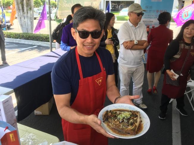 核桃市議員秦振國自創料理「陳紹鱈魚」獲得評審一致好評。(記者謝雨珊╱攝影)