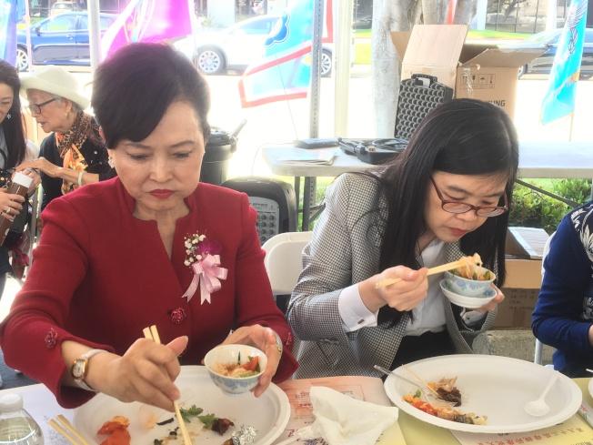美食專家林慧懿(左)與洛杉磯世界日報社長于趾琴(右)為料理評分。(記者謝雨珊╱攝影)