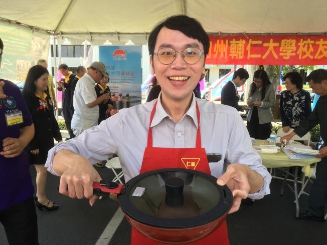洛僑中心副主任簡槙男捲起袖子做美食。(記者謝雨珊/攝影)
