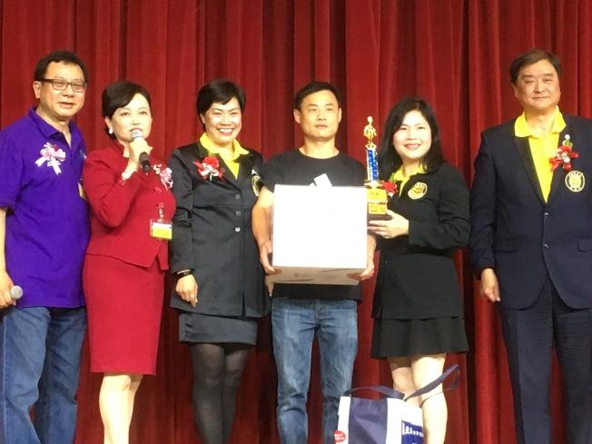 社會組的王輝(右三)以一道「金湯煎帶子」拿下第一名。(記者謝雨珊╱攝影)