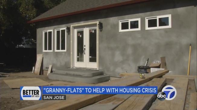 愈來愈多灣區人在自家後院興建附屬單位給家人居住。(電視新聞截圖)