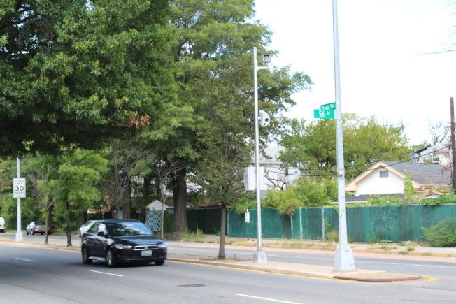 葛謨12日簽字立法,將延續紐約市學校周邊路段測速攝像頭項目,並擴大攝像頭數量和監測時間。(本報檔案照)