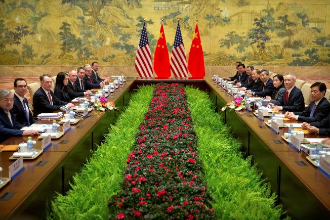 今年2月美中貿易談判代表在北京展開協商,左二為美國財政部長米努勤,左三為美國貿易代表賴海哲,右二為中國副總理兼首席談判代表劉鶴。(路透)