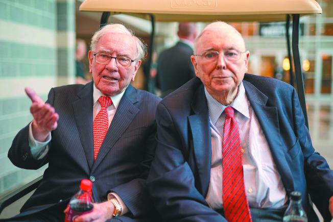 孟格(右)和巴菲特日前出席波克夏股東大會。(美聯社)