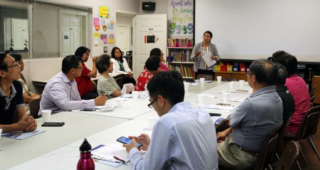 泛亞社區中心副執行長維多莉亞.黃(Victoria Huynh中立者)呼籲社團負責人發揮力量,促使每名華人在人口普查中不被遺漏。(記者張蕙燕/攝影)