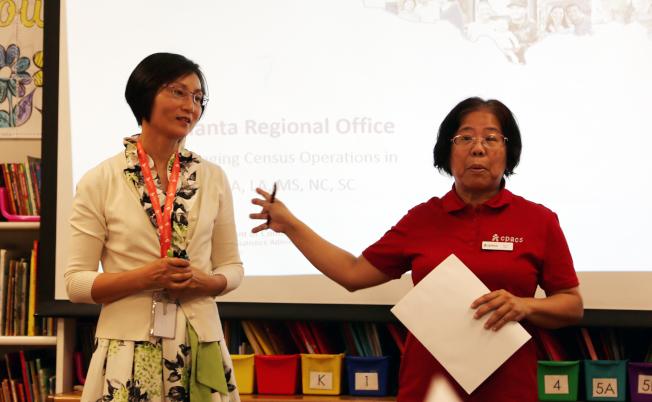 泛亞社區中心負責推動華人參與人口普查工作的社工譚素文(右)和酈紅華。(記者張蕙燕/攝影)