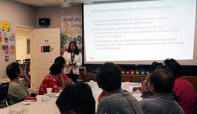 人口普查局亞特蘭大中心官員Tina Khuyen Nguyen,向大家說明人口普查和「完全統計委員會」的工作和重要性。(記者張蕙燕/攝影)