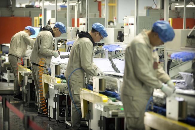 美國對中國進口品提高稅自本月10日開始,中國反擊自6月1日開始對美國進口貨品加徵10%到25%的關稅。圖為在青島一家海爾工廠裝配的工人。(美聯社)