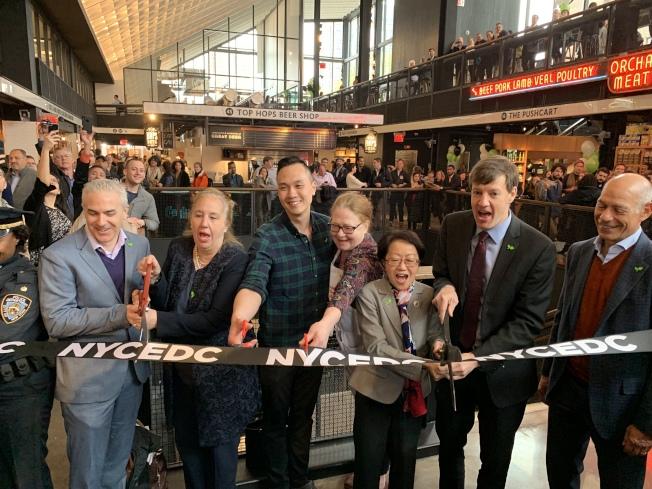 曼哈頓下東城的艾塞克斯街市場在經過五年修建、遷至新建成的「飛越艾塞克斯」內後,13日開張剪綵。(記者和釗宇/攝影)