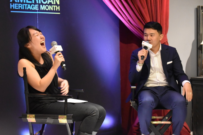 錢信伊(右)妙語如珠,讓主持人Karen Chee捧腹大笑。(記者顏嘉瑩/攝影)