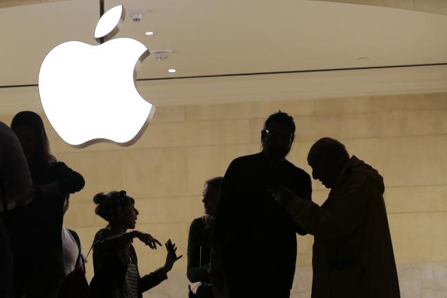 聯邦最高法院13日裁定,iPhone智慧型手機用戶有權控告蘋果公司(Apple)觸犯聯邦反托拉斯法,理由是蘋果旗下的App Store涉嫌壟斷。圖為紐約市的蘋果店。(美聯社)