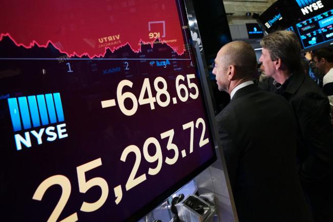 美中經貿關稅戰正式開打,美國紐約股市13日大跌超過600點,雙方目前沒有緩和跡象。(美聯社)