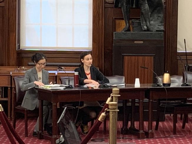 摩斯托菲(右)表示,市府將增加100萬元投資,擴大投票站翻譯服務。(記者和釗宇/攝影)