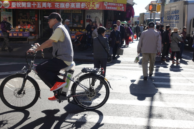 皇后區立法者試圖推動電單車合法化,白思豪表示必須先制定安全的規則。(本報檔案照)