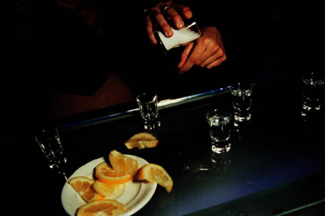 喝龍舌蘭酒,往往要先舔放在手掌虎口處的鹽巴,一飲而盡後再咬一口檸檬。(Getty Images)