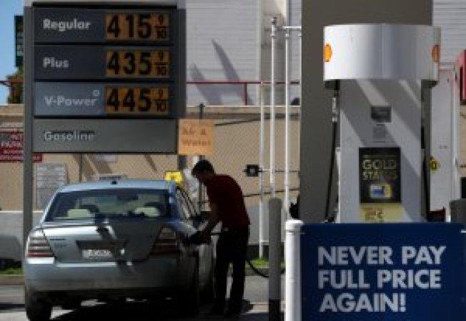 加州油價可望下跌至每加侖四元以下。(KTLA/Getty)