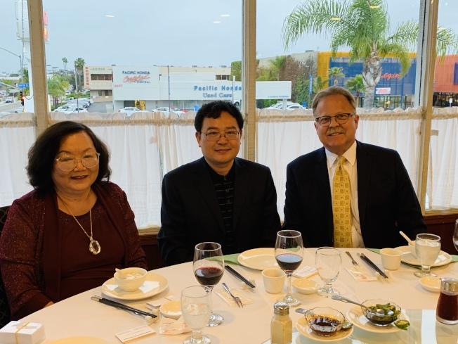 江蘇鹽城市副市長顧雲嵿(中)、僑領徐惠寶(左)和聖地牙哥商會前會長Richard Ledford(右)相談甚歡。(記者陳良玨╱攝影)