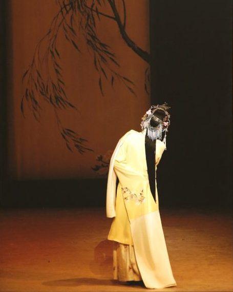 《牡丹亭》中的杜麗娘背景,僅僅一個背影,道盡一部400年的愛情故事。