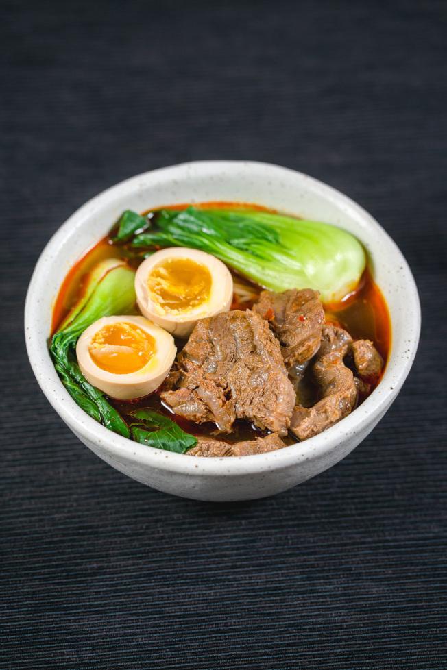 新派的麵堂做的中式牛肉麵,也配有溏心雞蛋。(麵堂/提供)