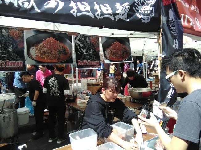 在日本拉麵比賽期間,許多紐約客前往現場品嘗。(韓傑/攝影)