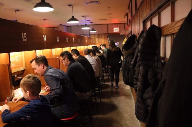 一蘭拉麵的進食空間比較私密,每個飯桌兩旁都有木板隔開。(Ichiran/提供)