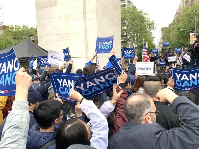 支持者高舉楊安澤的牌子替他打氣。記者和釗宇/攝影