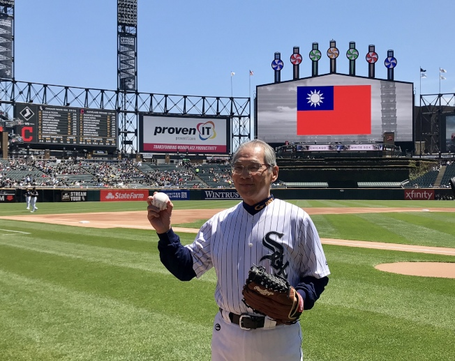 高碩泰為芝加哥白襪隊開球。(記者董宇/攝影)