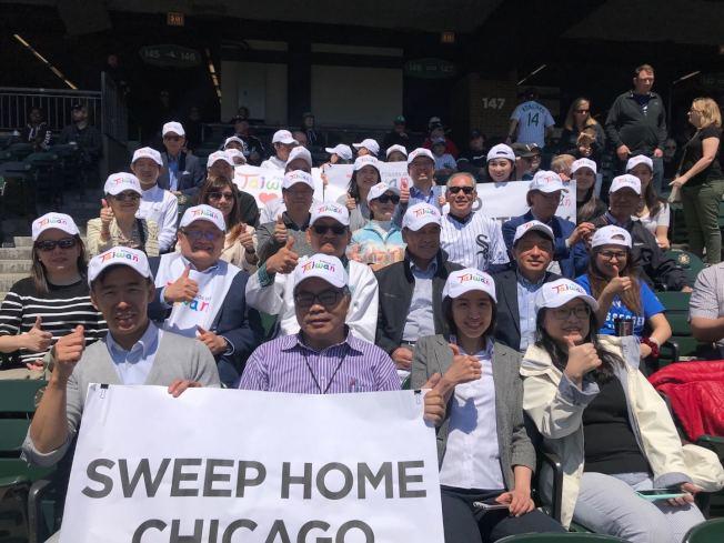 50多僑學界人士到白襪隊球場,為開球嘉賓高碩泰喝彩。(記者董宇/攝影)