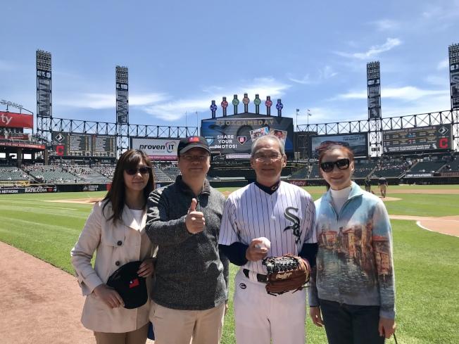 高碩泰(右二)為芝加哥白襪隊開球,黃鈞耀夫婦(左二、左一)出席,右一為高碩泰夫人。(記者董宇/攝影)