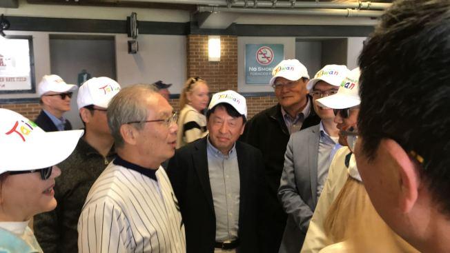 高碩泰受邀白襪隊球場開球,芝加哥僑界熱烈歡迎。(記者董宇/攝影)