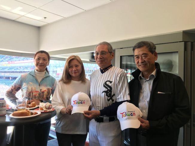 楊于萱(左二)為高碩泰準備了棒球蛋糕慶生。(記者董宇/攝影)