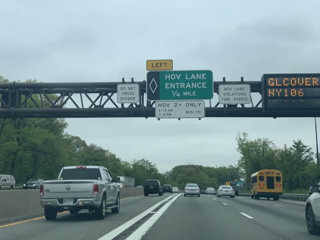 違規濫用共乘車道要被罰,駕照也要扣點數;圖為長島快速路上的共乘車道及標識。(記者曹健/攝影)