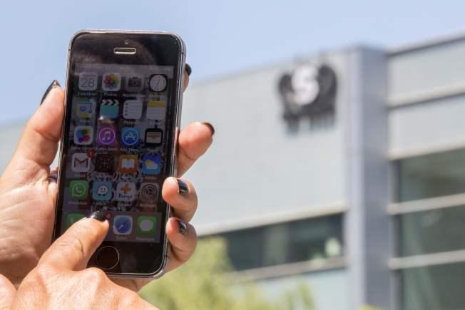 骇客利用通讯软体WhatsApp的安全漏洞,在用户手机植入间谍软体;WhatsApp呼吁使用者更新应用程式。(Getty Images)
