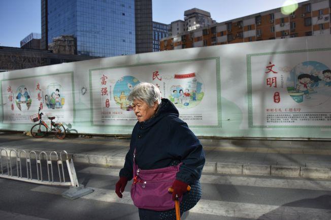 因應美中貿易戰,中國官媒大力鼓吹民族主義。圖為北京街頭的標語。(Getty Images)